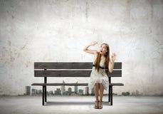 长凳的女孩 图库摄影