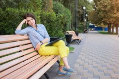 长凳的学生 免版税图库摄影