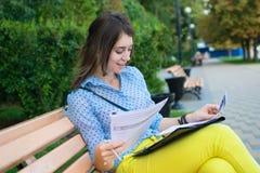 长凳的学生 免版税库存照片