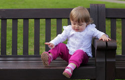 长凳的小女孩 免版税库存照片