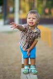 长凳的小男孩 免版税库存图片