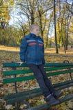 长凳的秋天婴孩 免版税库存图片