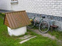长凳的骑自行车者在围场 免版税库存图片