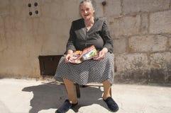 长凳的Rab克罗地亚老妇人 库存图片