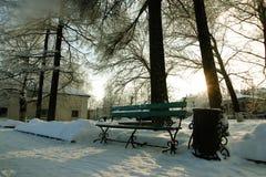 长凳盖了雪冬天公园 免版税库存照片
