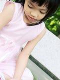 长凳礼服女孩粉红色 免版税库存图片