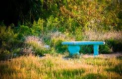 长凳秘密庭院的恋人 图库摄影