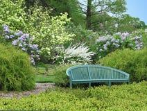 长凳空的庭院 免版税库存图片