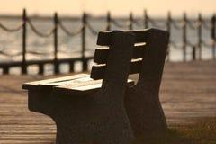 长凳空的日落 免版税库存照片
