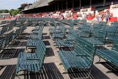 长凳空的行,在萨拉托加跑马场的清早,萨拉托加纽约, 2014年 免版税库存图片