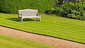 长凳绿色草坪 库存图片