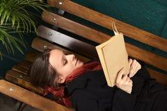 长凳读取妇女年轻人 免版税图库摄影