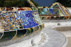 长凳陶瓷guell公园 库存照片