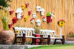 长凳鸟嵌套s葡萄酒墙壁木头 免版税库存照片