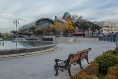 长凳,地方休息的,在巴库全景的冬天 免版税库存照片