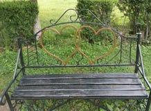 长凳,夫妇,享用,环境,自由,庭院,绿色,幸福,愉快,心脏,图象,休闲,自然,户外,公园,关于 免版税库存照片