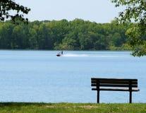 长凳jetski湖 免版税图库摄影