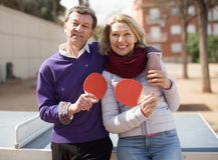 年长加上乒乓球的球拍 免版税库存图片