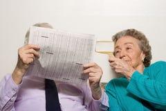 年长加上报纸 免版税库存照片