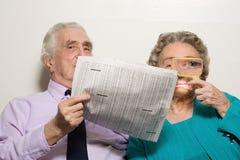 年长加上报纸 免版税图库摄影