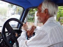 年长印地安出租汽车司机在孟买,印度 免版税库存图片