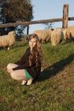 年轻长发卷曲白肤金发的妇女 图库摄影