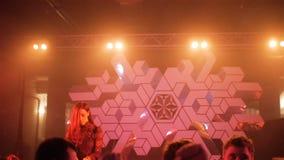 长发女孩Dj演奏在俱乐部阶段设置的快乐的音乐会 股票录像