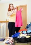 长发妇女包装手提箱 免版税库存图片
