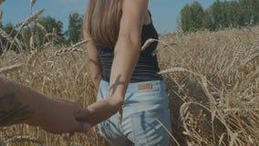 长发妇女通过金黄麦子的领域跑 跟我学 慢的行动 影视素材