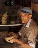 年长古巴绅士在瓦器工厂 库存图片