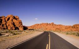长和空的幽静路通过亚利桑那 免版税图库摄影