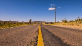 长和空的幽静路通过亚利桑那 免版税库存图片