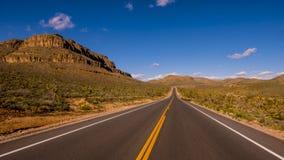 长和空的幽静路通过亚利桑那 库存图片