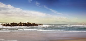 长和空的沿海海滩全景背景 免版税图库摄影