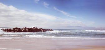 长和空的沿海海滩全景背景 免版税库存照片