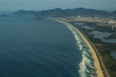 长和美妙的海滩, Recreio dos Bandeirantes海滩,里约热内卢巴西 免版税库存照片