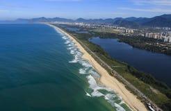 长和美妙的海滩, Recreio dos Bandeirantes海滩,里约热内卢巴西 免版税图库摄影