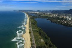 长和美妙的海滩, Recreio dos Bandeirantes海滩,里约热内卢巴西 免版税库存图片
