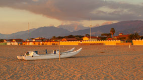 长处dei marmi在日落的海滩视图 库存图片