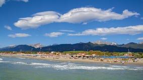长处dei marmi海滩视图在夏天 免版税库存图片
