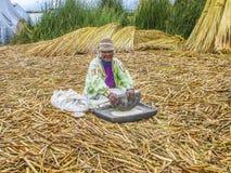 年长夫人准备新鲜的面粉用一个传统方式 库存图片