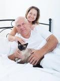 年长夫妇在床上 免版税图库摄影