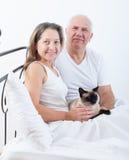年长夫妇在床上 免版税库存照片