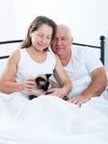 年长夫妇在床上 库存图片