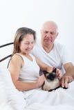 年长夫妇在床上 库存照片
