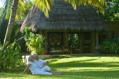 年长夫妇在热带庭院里 免版税图库摄影