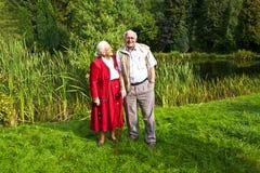 年长夫妇常设手 免版税库存照片