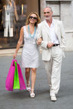 年长夫妇购物在城市 免版税图库摄影