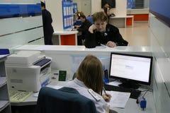 年长妇女与税审查员沟通 免版税图库摄影