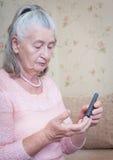 年长妇女做测试的高血糖 免版税库存图片